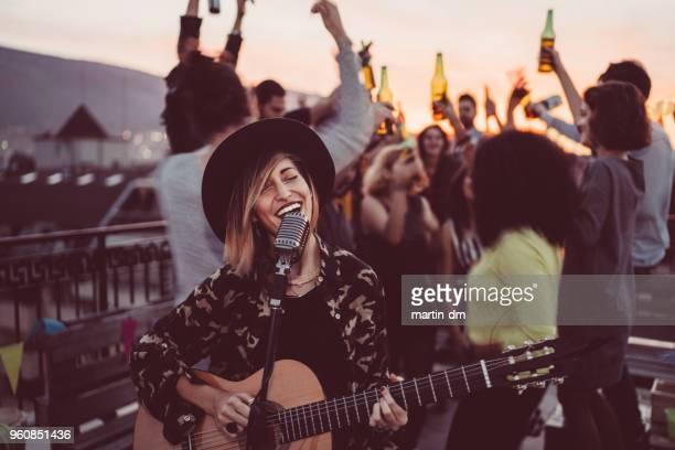 feesten op het dak op zonsondergang vrienden - eenmalig evenement stockfoto's en -beelden
