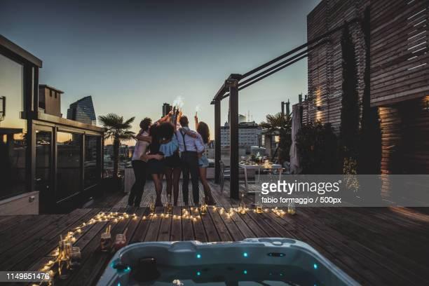 friends partying on a rooftop - casual chique imagens e fotografias de stock