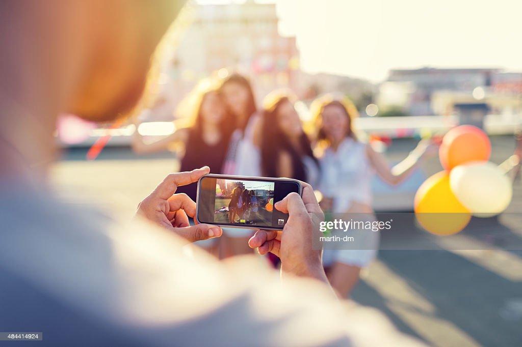 Freunde fotografieren auf dem Dach : Stock-Foto