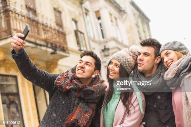 Freunde fotografieren sich auf smartphone