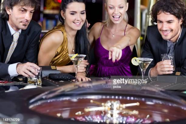 Amis jouer dans le casino sur roulette électronique