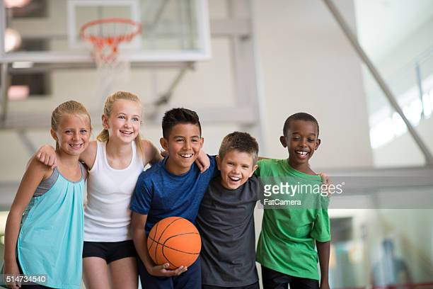 friends playing a basketball game - basketbal teamsport stockfoto's en -beelden