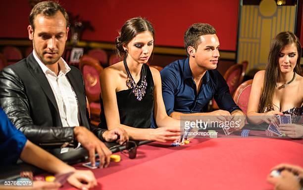 Freunde spielen beim poker im Casino.