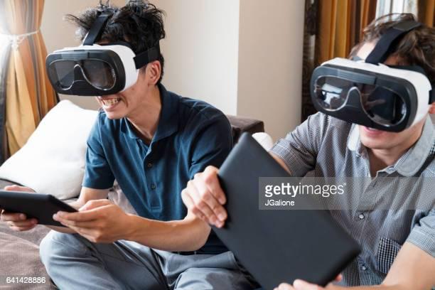 ご友人とのゲームをするバーチャルリアリティヘッドセット