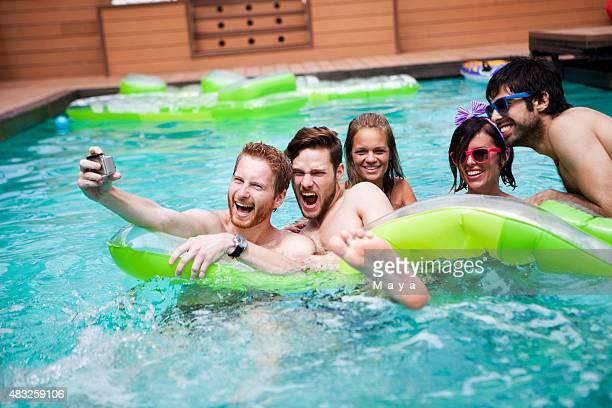 Amigos Jogando na piscina