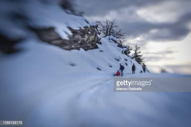 friends playing in the snow - radicella - fotografias e filmes do acervo