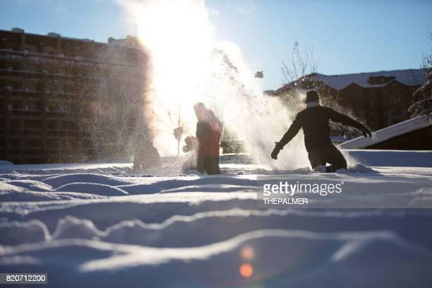 Vänner som spelar i snön
