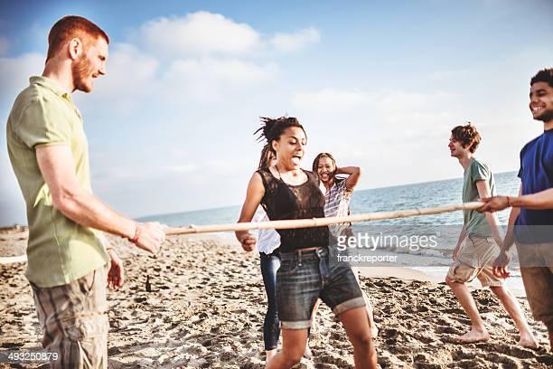 Amici che giocano sulla spiaggia di limbo