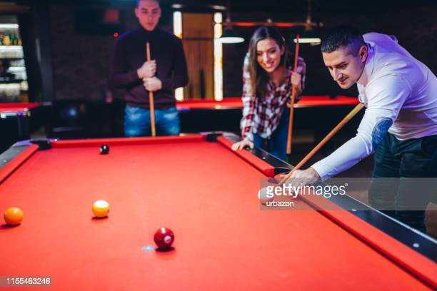 freunde spielen pool - poolbillard billard stock-fotos und bilder
