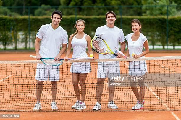 Gli amici giocare a tennis