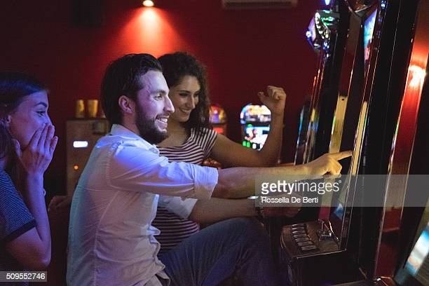 Freunde Spielen am Spielautomaten