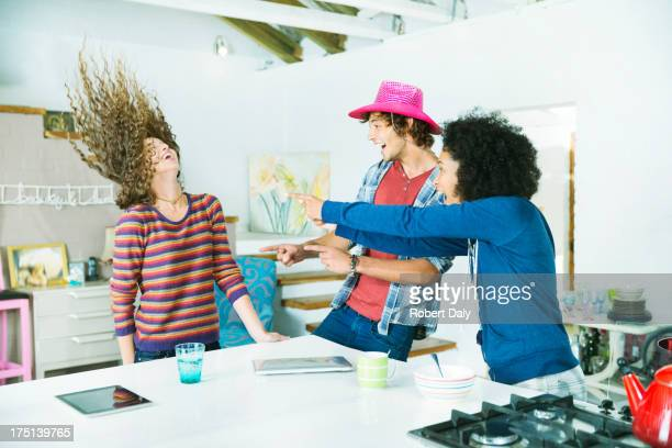 Amigos a jogar juntos na cozinha