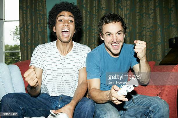 friends playing video game - 20 24 jaar stockfoto's en -beelden