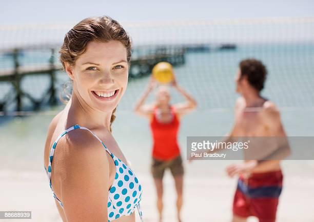 gli amici giocando a beach volley - beach volley foto e immagini stock
