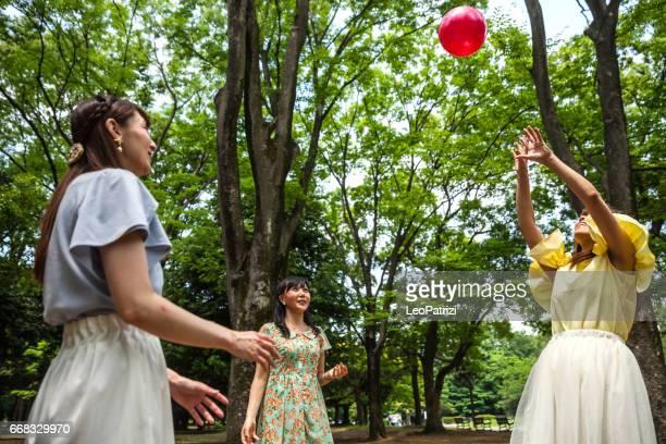 Freunde spielen Sie Volleyball am Volkspark in Tokio