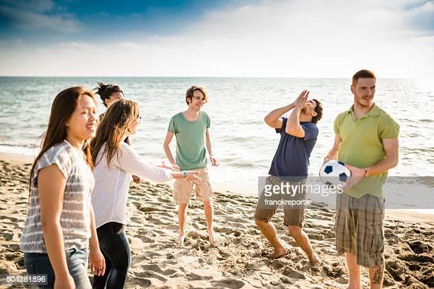 Amis, jouer au volley-ball sur la plage