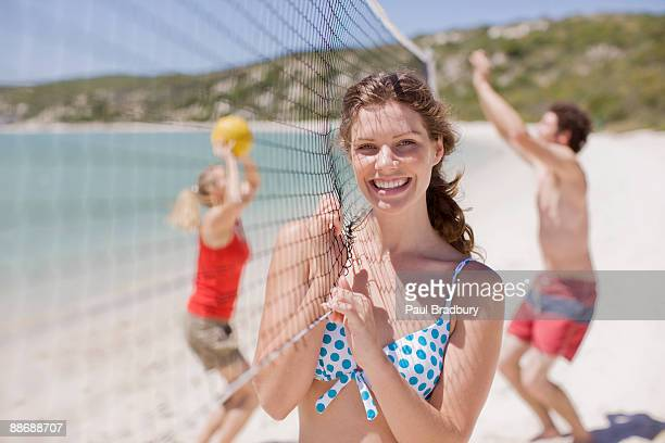 friends playing volleyball - beachvolleybal stockfoto's en -beelden