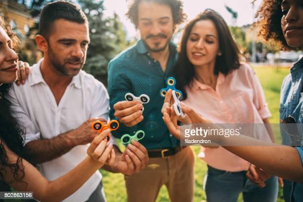 Freunde spielen mit Fidget Spinner