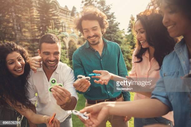 Freunde spielen mit Spinner