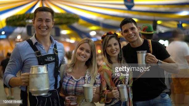retrato de amigos na oktoberfest de blumenau, santa catarina, brasil - cultura alemã - fotografias e filmes do acervo