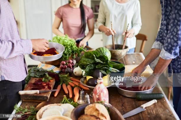amici che preparano e cucinano cibo vegano. - europa meridionale foto e immagini stock