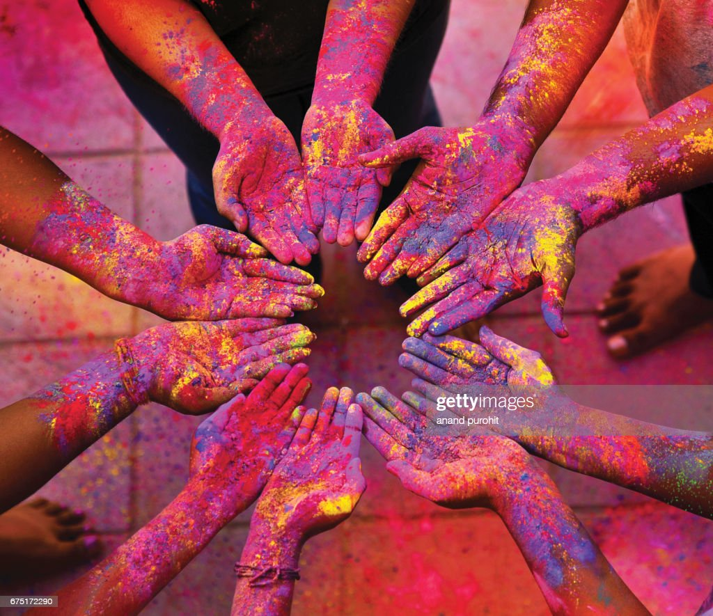Friends putting their hands together, smeared with multicolors during the Hindu festival of Holi. : ストックフォト