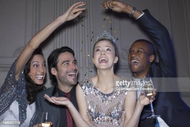 Freunde erreichen über glückliche Frau tragen tiara