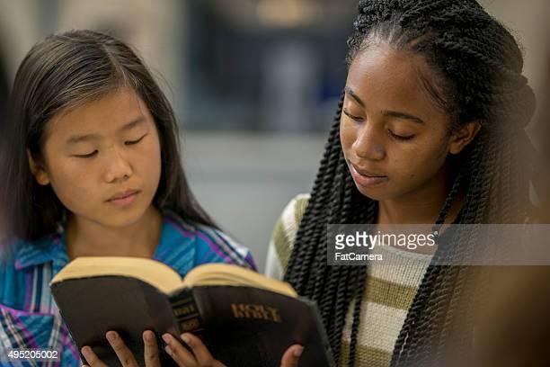 Freunde, die zusammen die Bibel zu lesen