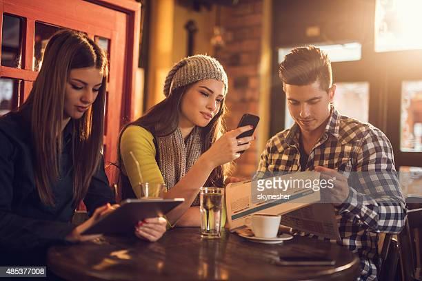 Amigos relaxantes café em um café em uma pausa.