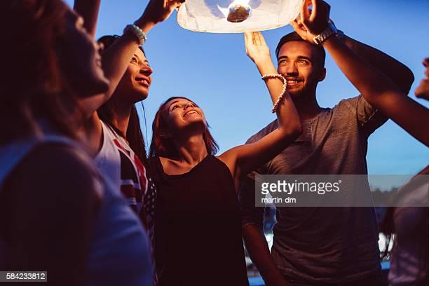 Freunde löst Papierlaterne in den Himmel bei Nacht