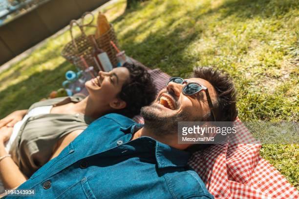 amigos que descansam no tempo do piquenique - day 2 - fotografias e filmes do acervo