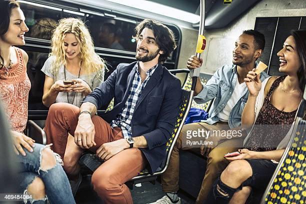 Amigos viaje en autobús de la ciudad de Metro
