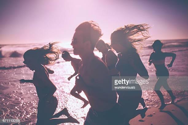 Freunde Laufen am Strand zusammen an einem sonnigen Nachmittag