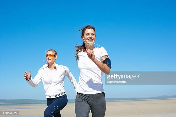 Amis courir sur la plage