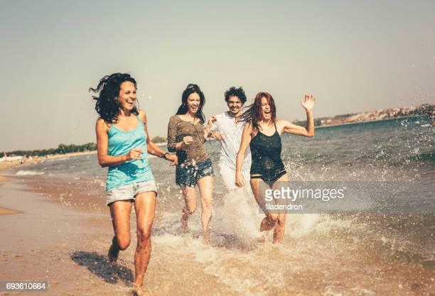 Freunde Laufen am Strand