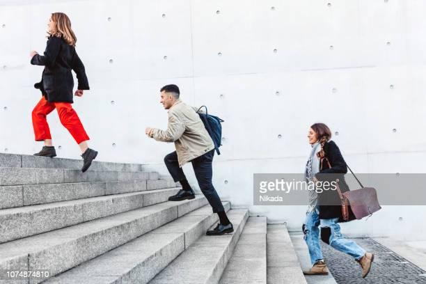 amis en haut des marches en milieu urbain - élevé photos et images de collection