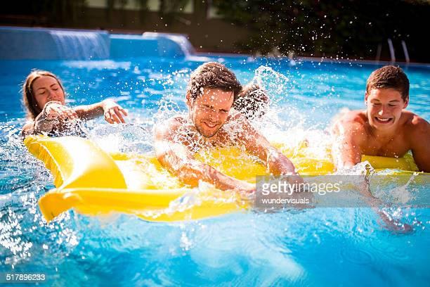 Freunde teilen Lilo im Pool