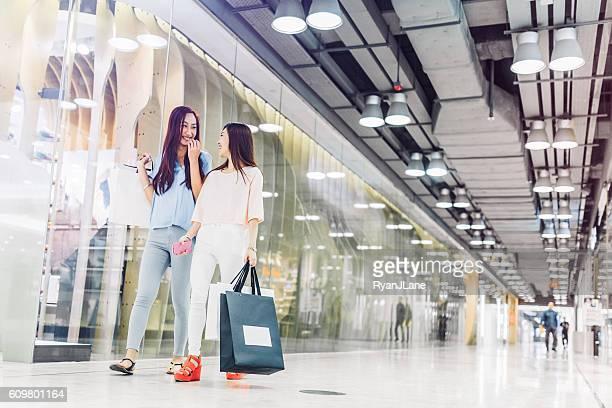 Amigos de compras en Hong Kong