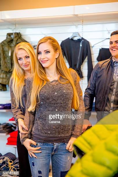 Amis shopping dans une boutique de mode