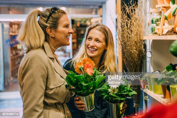 friends shopping in amsterdam - saturday stock pictures, royalty-free photos & images