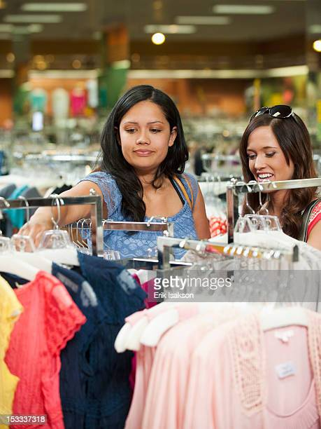 friends shopping in clothing in store - roupa de mulher - fotografias e filmes do acervo