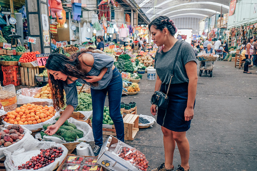 Friends shopping together in Market - gettyimageskorea
