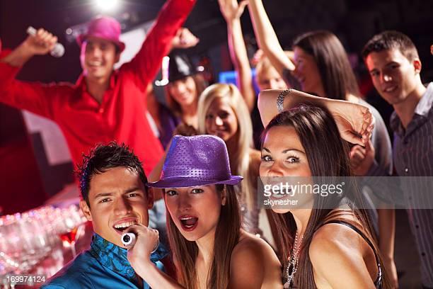 amigos canta en la discoteca club. - club singer fotografías e imágenes de stock