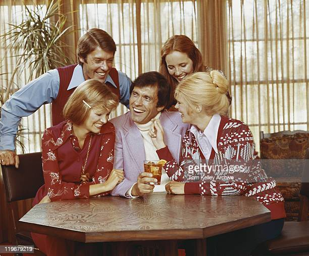 ご友人とご一緒にお楽しみください。シッティングエリア、テーブル、笑顔 - 1973年 ストックフォトと画像
