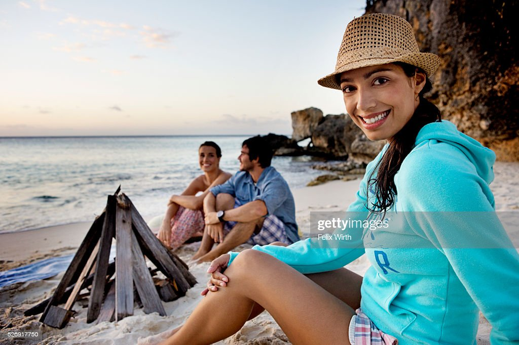 Friends sitting on beach at dusk : Stock-Foto