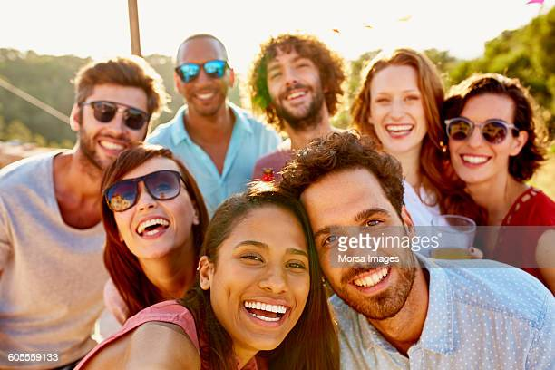 friends smiling together during summer vacation - organised group photo stock pictures, royalty-free photos & images
