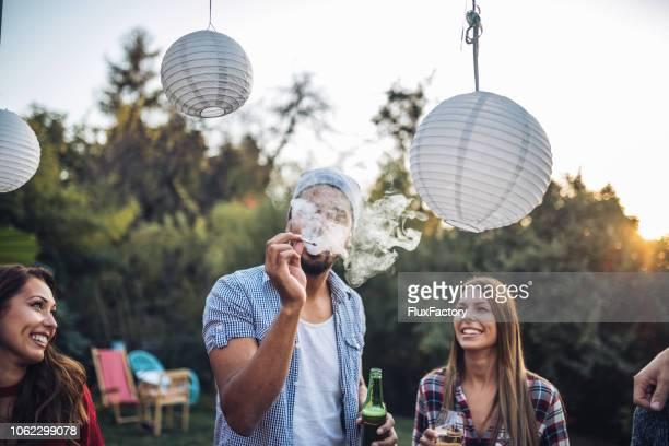 喫煙や飲酒、パーティーで友達 - タバコを吸う ストックフォトと画像