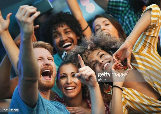 amigos que se hacen selfies. - festivalero fotografías e imágenes de stock