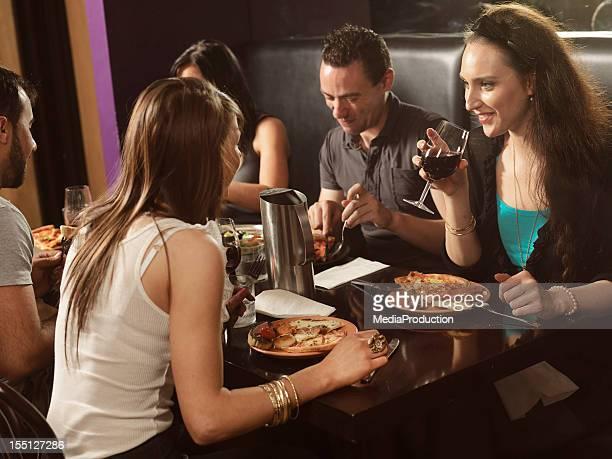 Amis faire des rencontres dans un restaurant