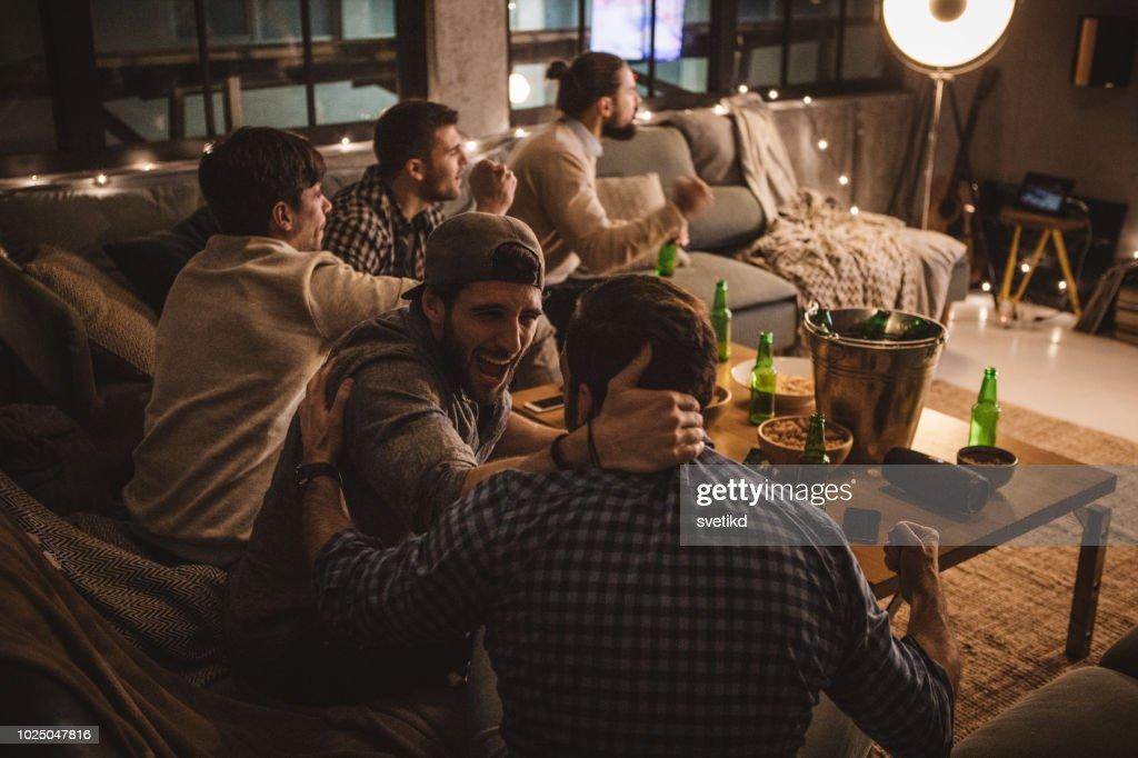 Vänner tillbringa helgen tillsammans titta på TV : Bildbanksbilder
